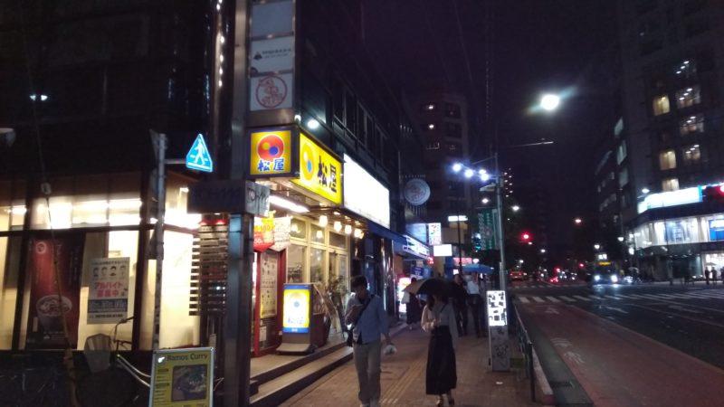 夜の早稲田通りの松屋